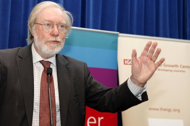 Image of Paul Collier lecturing on resource extraction and growth at a recent DFID event. Click to hear the podcast