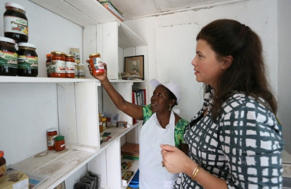 Kirstie Allsop meets Agnes Gwake Mwnjisi, who makes fresh home made Jams and Chutneys from her kitchen.